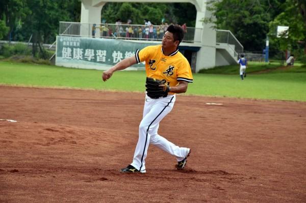 被特偵組傳喚的前一天,辜仲諒還低調跑到花蓮富源國小和小朋友打棒球,顯見他對於棒球的熱愛。(圖擷自富源國小臉書)