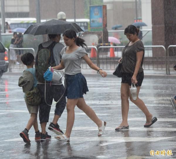 中央氣象局於下午4點7分針對南投縣、雲林縣、嘉義縣等地區發布大雷雨即時訊息,持續時間到5時為止。(記者黃耀徵攝)