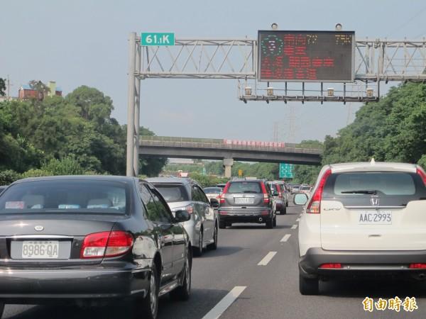 國道3號交通,今天上午一度壅塞,行車速度約僅時速30公里。(記者周敏鴻攝)