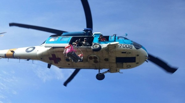 來自台中的11人登山隊攀爬中央山脈南三段,有1女2男腳底水泡破皮和體力不濟,通報希望有直升機救援。有救難人員批評,這根本就是認定一定會有直升機來。圖為示意圖,與當事人無關。(記者李忠憲翻攝)