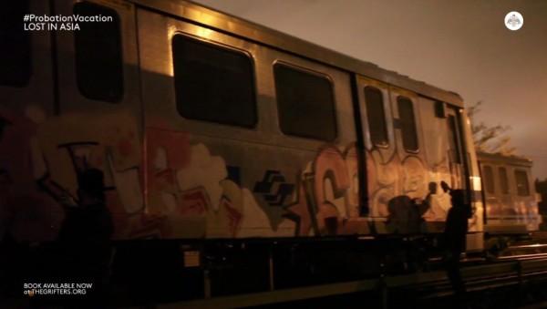 外國塗鴉客半夜闖入北捷機廠,在車廂上噴漆塗鴉。(圖擷自The Grifters Vimeo影片)