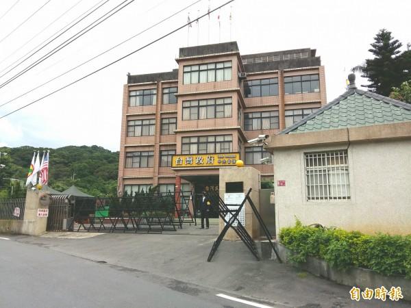 台灣民政府中央總部大門架起拒馬。(記者鄭淑婷攝)