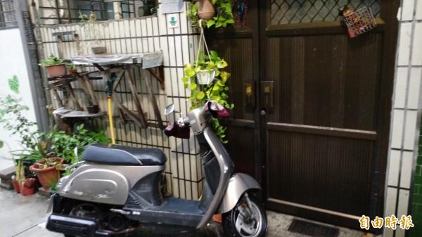 洪素珠家門前遭丟擲雞蛋。(記者方志賢攝)