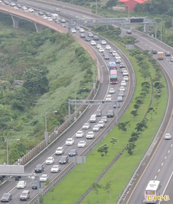 國5北上車道今天下午車多壅塞。(記者江志雄攝)