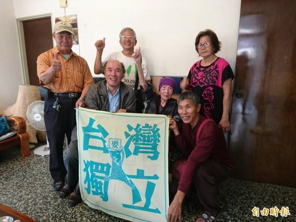 蔡丁貴(左二)表示,無論先來後到、種族血緣,只要生活在台灣且認同台灣的,那就是台灣人。(資料照,記者黃耀徵攝)