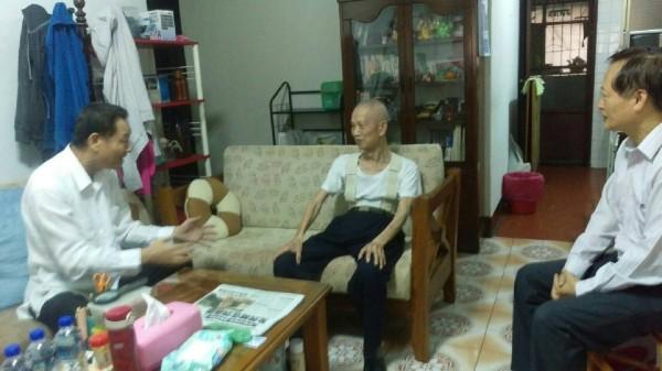 退輔會主委李翔宙(左)今天探訪遭辱罵的老榮民周富文。(高市榮服處提供)