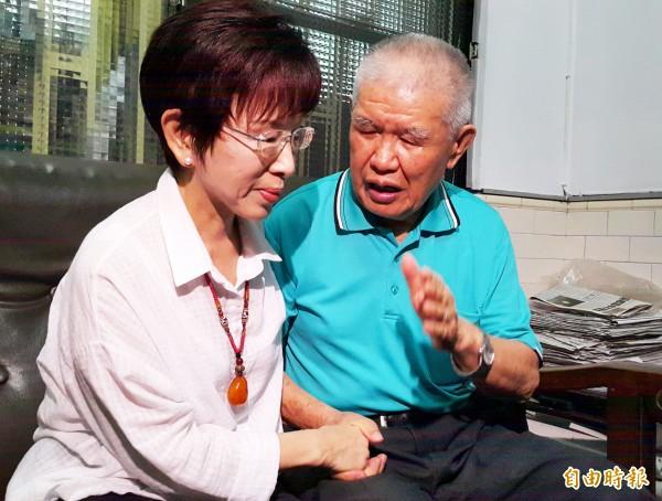 國民黨主席洪秀柱緊握彭子珂的手,多次向彭子珂致歉。(記者陳文嬋攝)