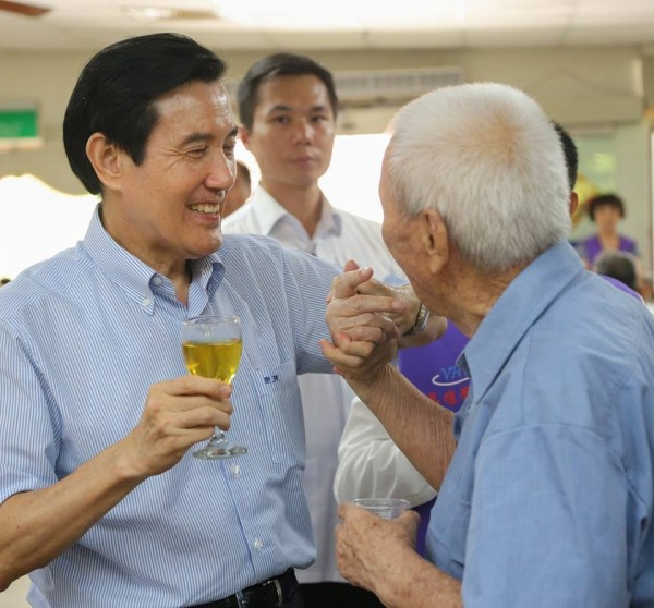 前總統馬英九今天下午在臉書發表文章指出,「榮民」就是「榮譽國民」,這些人的榮譽來自對台灣的三大貢獻,包括在對日抗戰中光復台灣,在兩岸對峙中保衛台灣,在台灣發展中建設台灣。(圖擷取自臉書)