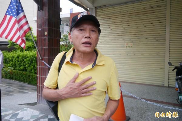「人神共憤!」抗議活動發起人康豫民氣憤直說「洪素珠侮辱了這個國家、侮辱我的父親、侮辱我,更侮辱了所有榮民」。(記者王峻祺攝)