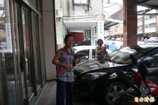 居住在台灣民政府花蓮辦公室旁的附近居民,甚至走出來跟著高唱國歌,力挺榮民抗議行動,向他們鼓掌並伸出大拇指「比讚」,面對媒體鏡頭更痛批「洪素珠」怒罵榮民是不理智行為。(記者王峻祺攝)