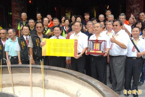今天,台中萬春宮人員抵達彰化市南瑤宮邀請廟方,參加明年將舉行的「百年七媽會大祭」活動。(記者張聰秋攝)