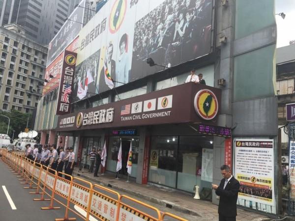 白盟號召百人包圍台灣民政府板橋辦公室。(圖擷取自「白色正義社會聯盟」臉書粉絲團)