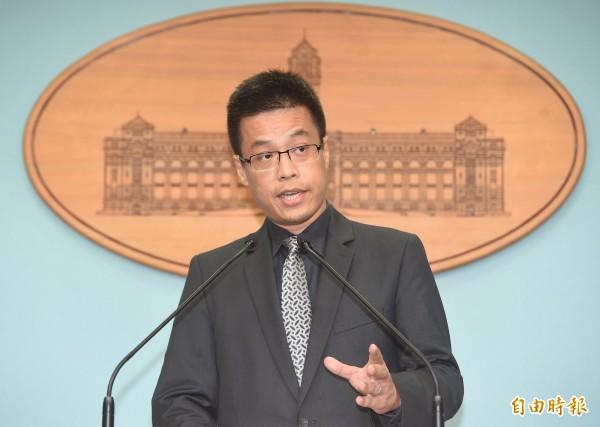 馬前總統申請於105年6月15日應邀赴香港出席卓越新聞獎頒獎典禮擔任演講嘉賓案,總統府發言人黃重諺今天表示,總統府對於馬前總統的出境申請已核定不予同意。(記者廖振輝攝)