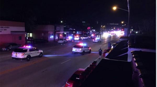 美國佛羅里達州奧蘭多今天驚傳槍擊案,一間同志夜店遭嫌犯持槍掃射,至少20人中槍。(圖擷自《RT》)
