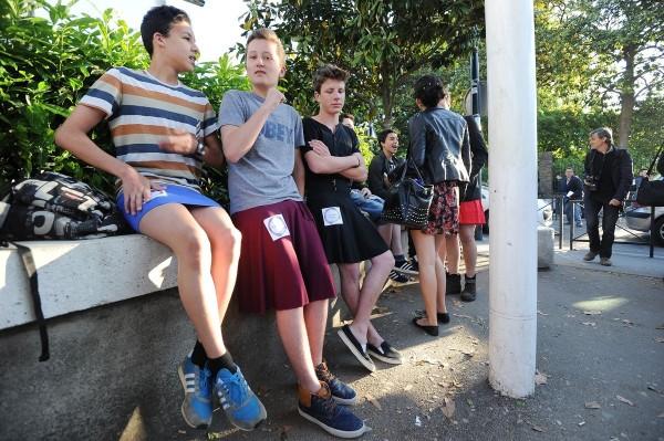 英國80間公立中小學祭出「性别中立」的校服政策,允許男學生穿著裙子,到學校裡上課,希望藉此保護「跨性別兒童」的權益。(法新社)
