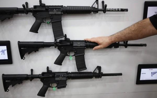 據傳兇嫌身懷多把長短槍,其中一把是AR-15自動步槍,這把長槍不僅火力強大,更是美國過去多起重大槍擊案兇嫌使用的槍枝。(彭博)