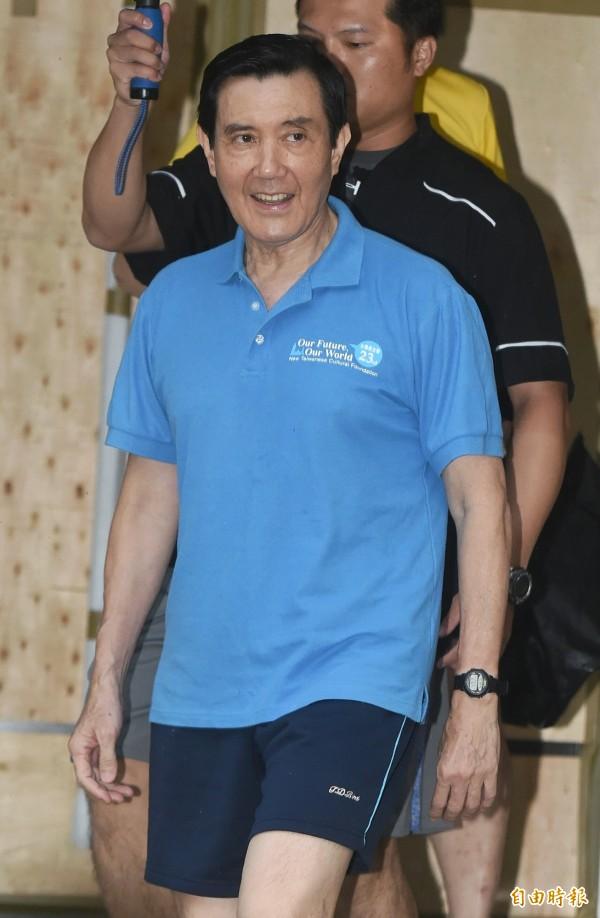 針對總統府不予同意出訪香港一事,馬英九今清晨外出晨泳時,回應表示「相信社會自有公評」。(記者廖振輝攝)