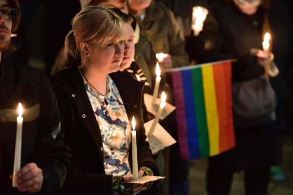 許多英國民眾今日(13)聚集威靈頓的基茨公園(Frank Kitts Park),為美國奧蘭多同志夜店槍擊慘案的罹難者哀悼。(法新社)