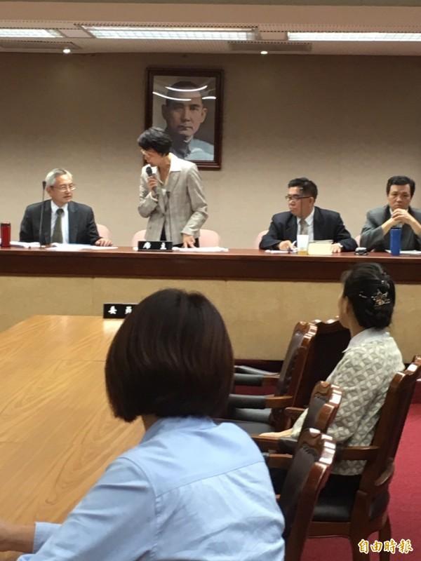 國民黨立委、會議主席黃昭順二度宣布休息,直到下午6點45分率國民黨立委發動突襲,並逕自宣布修正草案完成審查。(記者蕭婷方攝)