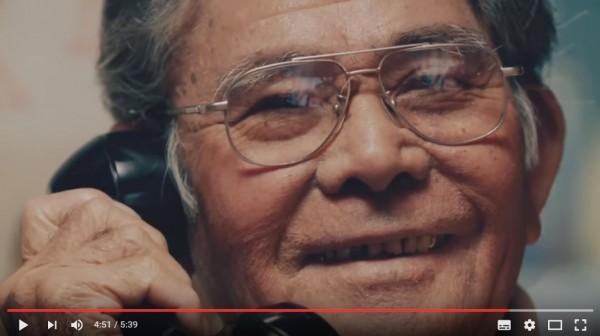 軟銀將老舊工具與現代科技結合,讓老人家一接起電話就能連接視訊。(圖擷自YouTube)