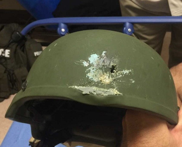 美國佛羅里達州奧蘭多市的同志夜店爆發重大槍擊事件,由於兇嫌火力相當強大,就連攻堅警察的防彈頭盔都能打穿一個洞。(圖擷自奧蘭多市警局推特)