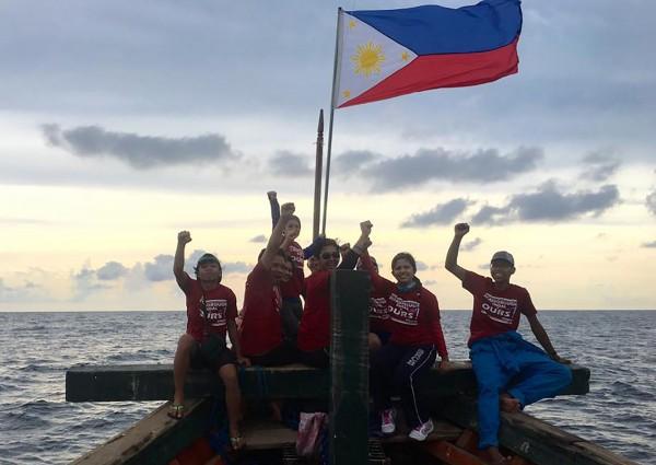 菲律賓青年團體「自由是我們的」選在菲律賓國慶日,發起登上黃岩島插旗活動。(法新社)