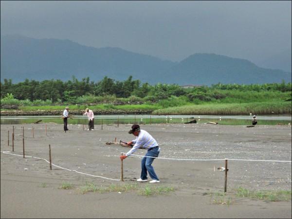 為保護小燕鷗在海邊沙洲繁殖孵蛋,縣府人員拉起封鎖線。(宜縣府提供)。