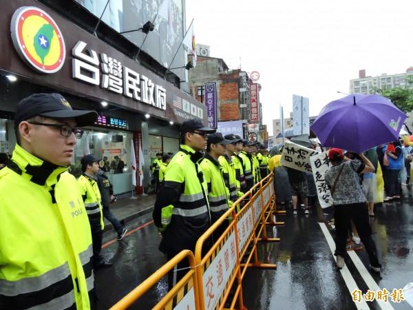 警方早已架起護欄,避免衝突事件發生。(記者賴筱桐攝)