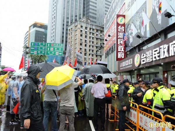 抗議現場一度發生推擠,場面混亂。(記者賴筱桐攝)