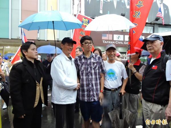 中華統一促進黨總裁「白狼」張安樂(白衣者)到場聲援。(記者賴筱桐攝)