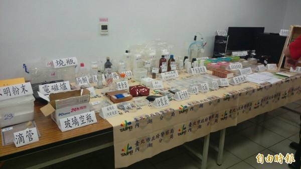 內湖警方在陳嫌租處查扣毒品及製毒器材和毒品原料。(記者陳恩惠攝)