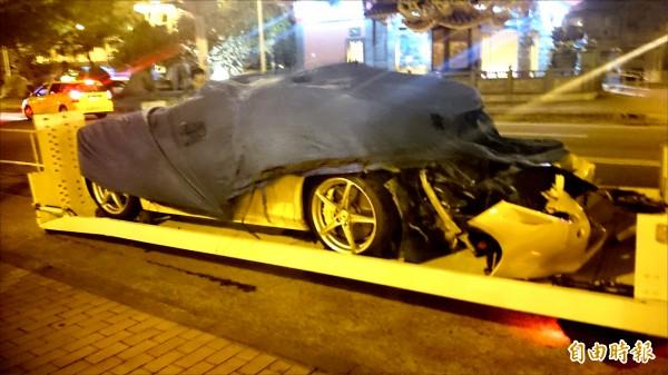 法拉利車頭全毀,由拖吊車吊離。 (記者邱奕統攝)