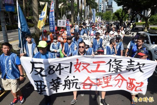 華航空服員自6月8日起在台北、高雄及桃園三地分別舉行為期一週的罷工投票,對於目前投票狀況,工會表示,票數樂觀。圖為華航員工日前上街抗議。(資料照,記者簡榮豐攝)
