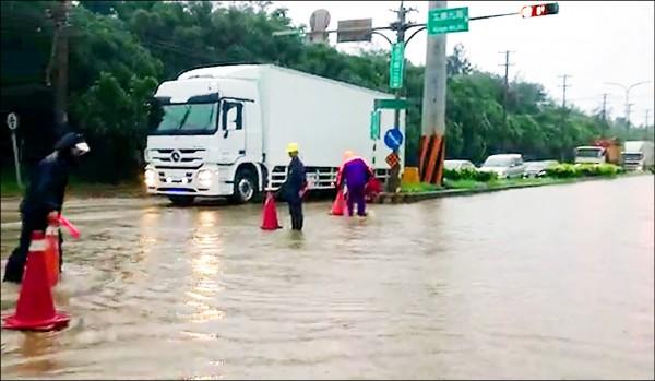 昨豪雨不斷,觀音工業區路段出現積、淹水。(桃園消防局提供)