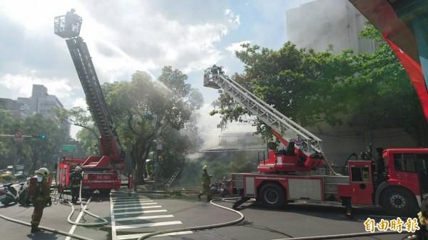 建中職員宿舍今下午2許起火燃燒,警消趕赴救援。(記者王冠仁攝)
