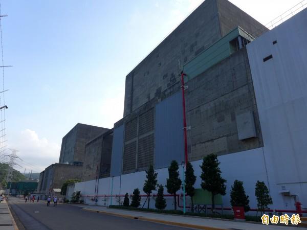 核一廠內的一號機廠房(左)和二號機廠房(右)。民眾對於核電廠存廢議題,選擇迥異。(資料照,記者李雅雯攝)
