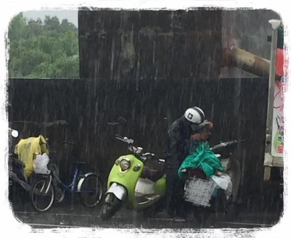 蕭小姐PO出祖孫在大雨中等待領食的照片。(圖擷取自臉書)