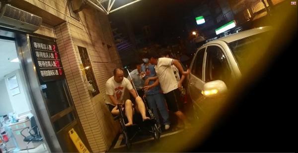 警車開道協助駕駛將媽媽送醫急救。(記者鄭淑婷翻攝)