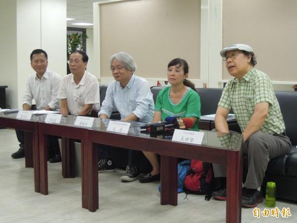 蕭曉玲與人本教育基金會召開記者會,表示北市議會國民黨團書記長王欣儀指控不實,要對王欣儀提出公然侮辱告訴。(記者梁珮綺攝)