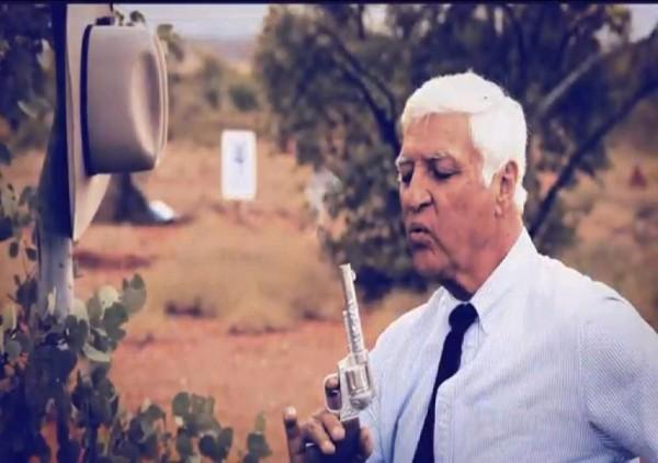 澳洲昆士蘭省聯邦議員卡特爾(Bob Katter)為了吸引選民,竟然拍了一支爆笑的競選廣告,影片中他拿起手槍,射殺了兩名政敵,引起廣泛討論。(圖擷自YouTube)