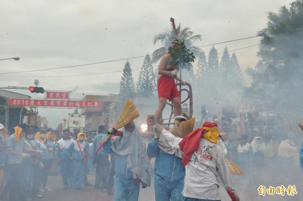 炸寒單是台東重要元宵活動,但未獲列國家重要民俗。(記者黃明堂攝)
