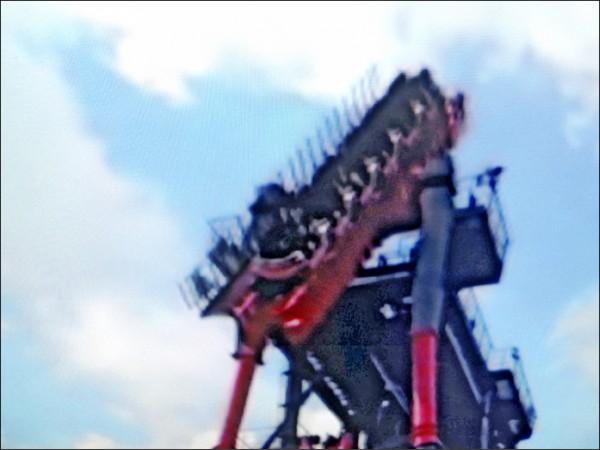 麗寶樂園斷軌列車昨天下午停機,遊客空中驚魂。(記者張軒哲翻攝)