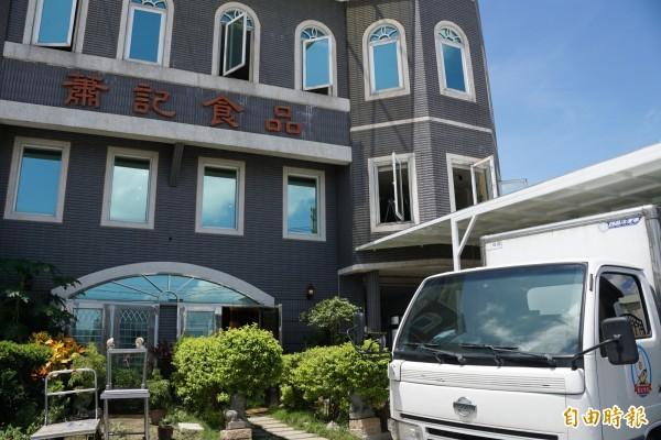 蕭姓民眾經營高市中小學團膳,每天把剩食免費提供給有需要的民眾。(記者黃佳琳攝)