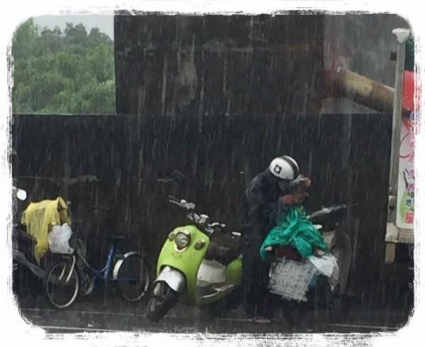 蕭小姐PO出祖孫在大雨中等待領食的照片,讓許多網友難過不捨。(圖擷取自臉書)