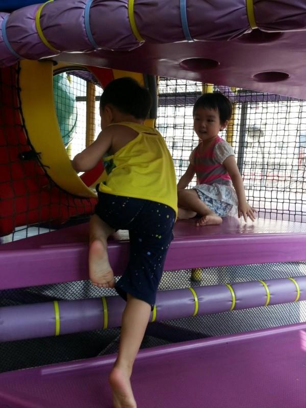 腸病毒流行期間小朋友到公共場所或遊樂設施遊玩要勤洗手預防感染。(記者蔡淑媛翻攝)