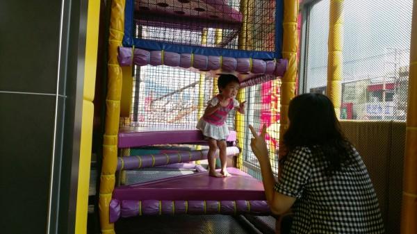 腸病毒流行期間,大人小孩到公共場所或遊樂設施遊玩要勤洗手預防感染。(記者蔡淑媛翻攝)