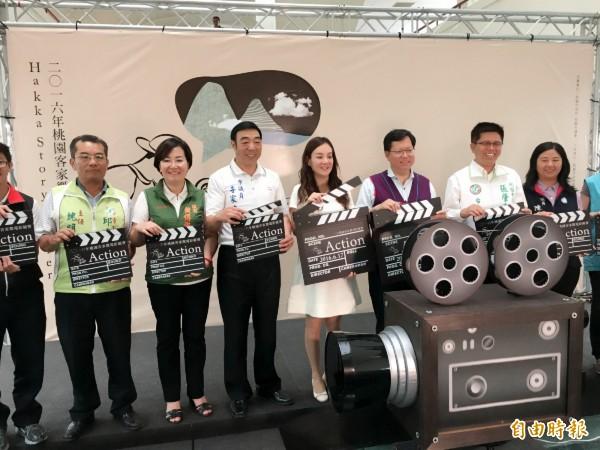 桃園市長鄭文燦(右三)主持微電影徵件活動。(記者謝武雄攝)