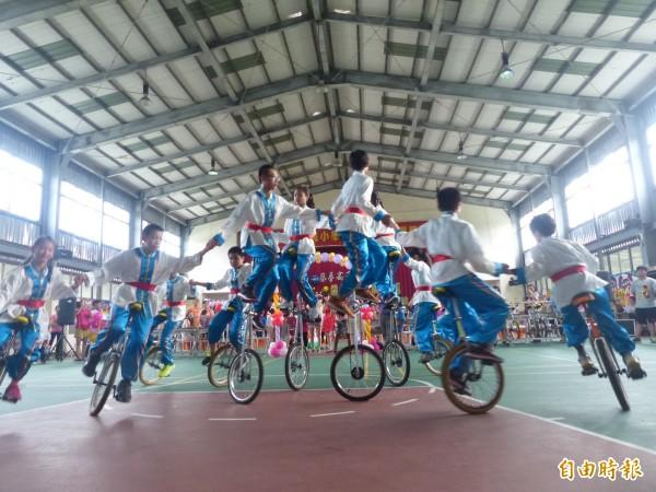 金門多年國小畢業生,以精湛的花式獨輪車向師長及學弟、學妹道別。(記者吳正庭攝)