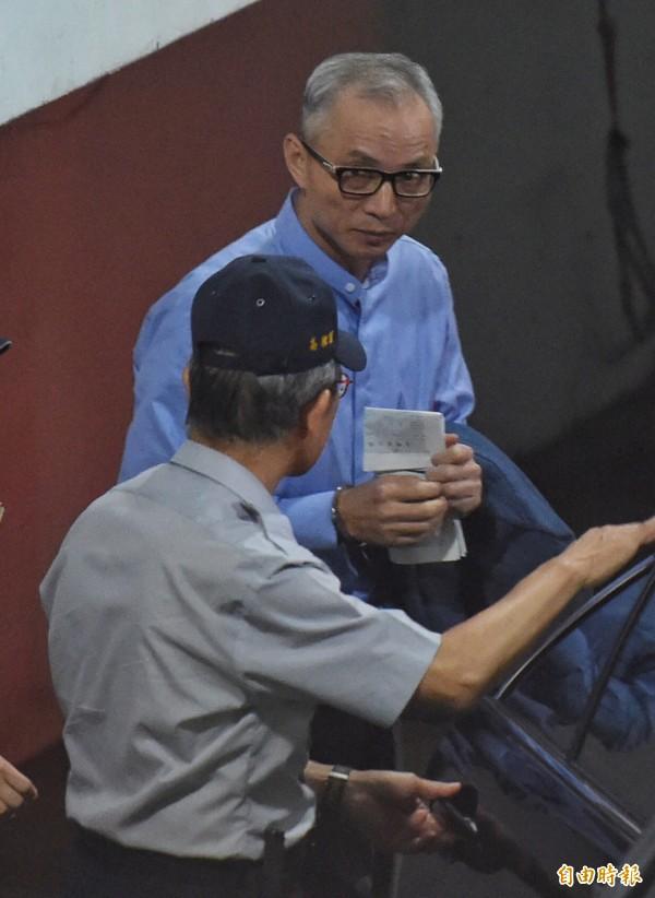 國寶集團總裁朱國榮日前遭裁定羈押禁見,由法警戒護送上囚車。(資料照,記者劉信德攝)