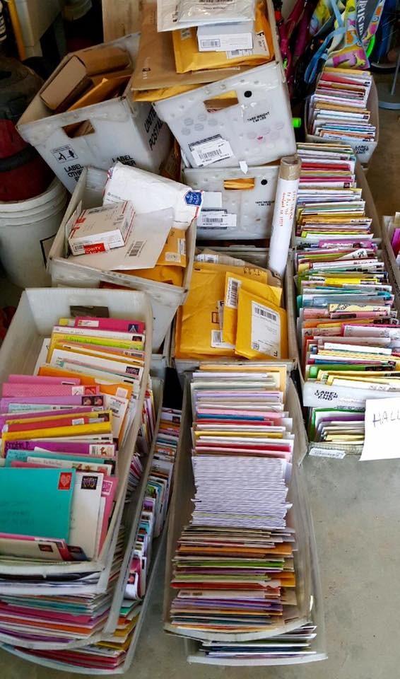 緬因州郵政人員已經將1萬多份的卡片、信件、包裹交付給索倫森一家人。(圖擷自「Hallee's 19th Birthday」臉書專頁)
